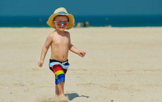 Niño protegido con gafas de sol