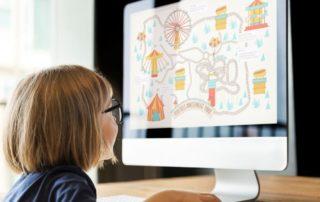 niña ordenador